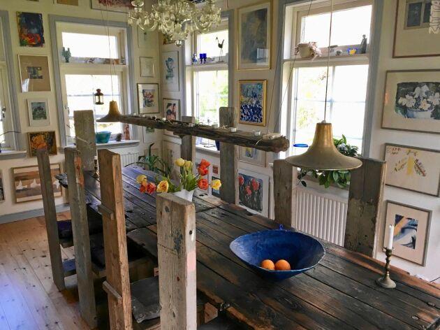 Matsalen är Bjönnigårdens egen riddarsal med ett specialdesignat bord av gamla trålbord och stolar snickrade av Ullas två söner.