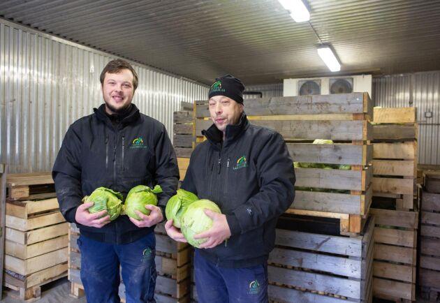 Alexander Johansson och Fredrik Andersson i grönsakskylen. Det finns stor potential att utöka grönsaksodlingen och här finns lokaler för att effektivisera hantering och packning, säger de båda.