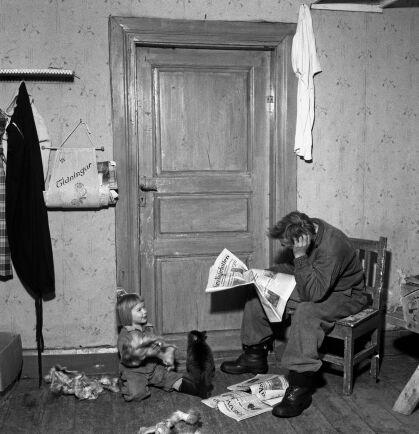Pappa Uno var inte välkommen in i kammaren där hans hustru låg i förlossningsvåndor. Oroligt vakar han utanför dörren.