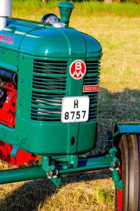Registreringsskylten från Kalmar län dit traktorn levererades som ny.