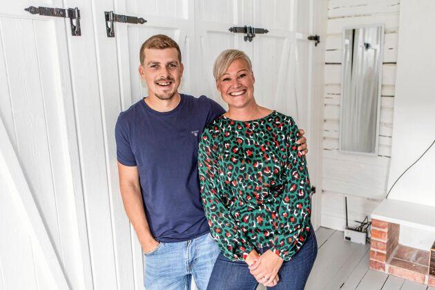 Garderobsdörrar i egen design! Rickard Berglund och Victoria Näslund är nöjda med sina lantliga och ruffa garderobsdörrar.