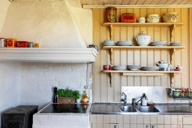 Köksskåpen behölls och täcktes med pärlspont, målad i samma beigegröna färg.