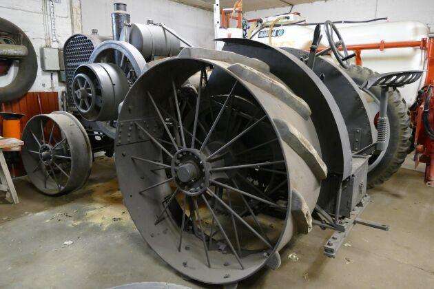 Man konstruerade rejält 1916. Traktorn väger 4,2 ton och det går 130 liter vatten i kylaren.