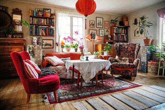 Vardagsrummet är en härlig blandning av färg, form och mönster. Möblerna är ärvda eller loppisfynd.