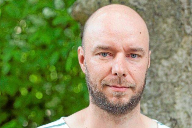 Sven Olov Karlsson visste tidigt att han ville skriva en bok om skogsbranden i Västmanland. Han och hans familj fick hastigt fly då branden i rasande fart drog fram mot den by där hans föräldragård ligger.