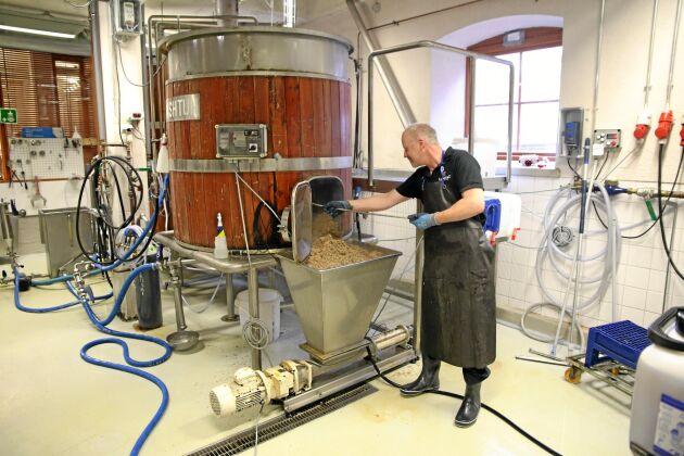 Bryggeriarbetare Veikko Ojanen tömmer ett mäskkärl på Malmgårds bryggeri.