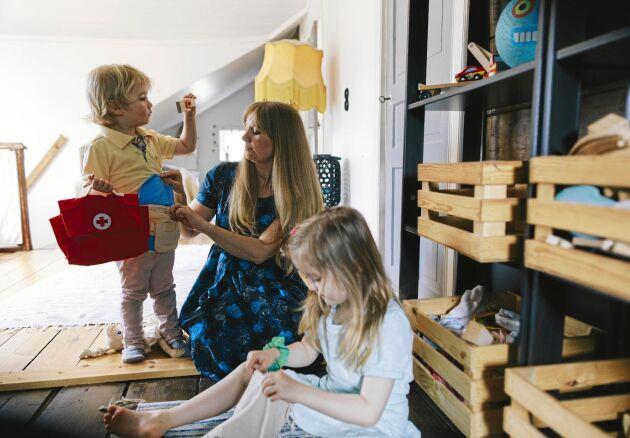 Varje svensk tre- till femåring har i snitt 536 leksaker. Inte Adeline och Hamilton. Färre prylar, och mestadels i naturmaterial, är vad som finns i deras sovhörnor och gemensamma lekrum.