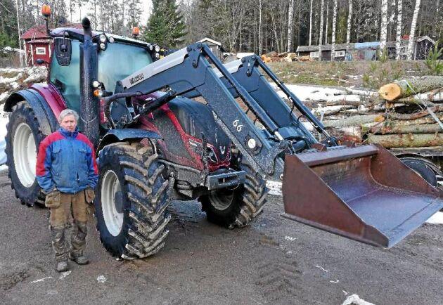 Lars-Erik Andersson är nöjd med sin nya Valtra.