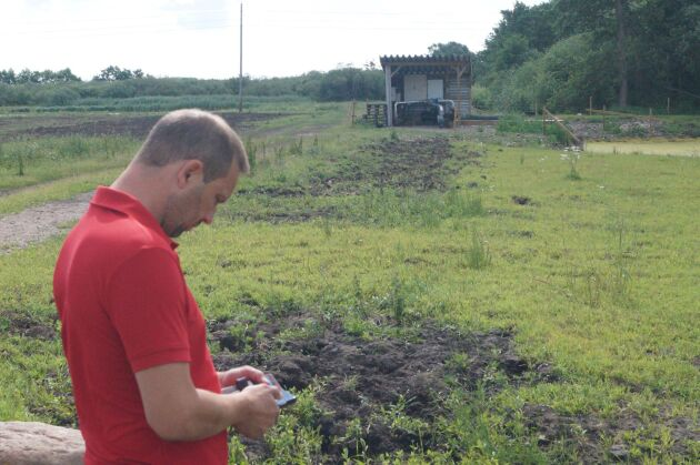 Nicklas Göransson satsar på en kombinerad bevattningsdamm och våtmark. Bevattningen styrs med appar i telefonen.