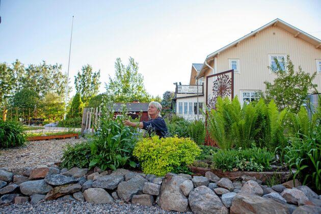 Susanne i sin fina visningsträdgård, som var med i Land Öppen Trädgård i år.