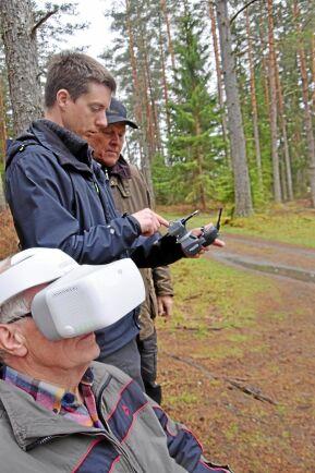 Med hjälp av VR-glasögon ser skogsägaren Ingvar Gustavsson samma bilder som Anton Holmström. Johan Ljunggren får finna sig i att kasta ett öga på Antons skärm.
