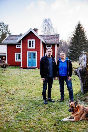 Maken Stefan har också varit engagerad i Marias renovering av Dan Anderssons stuga. Här med familjens schäfertik Esther.