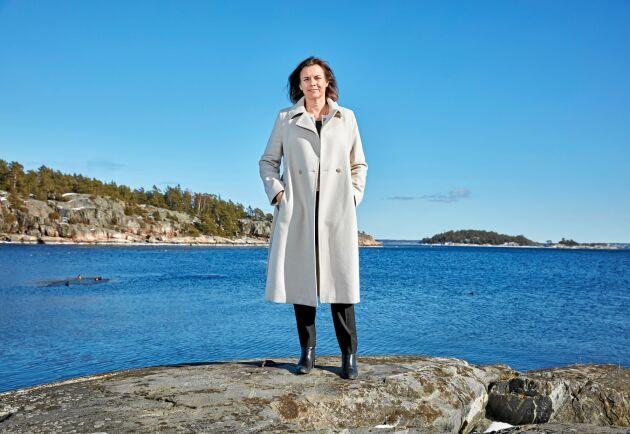 Klimat- och biståndsminister och Miljöpartiets språkrör Isabella Lövin framför Ingaröfjärden, söder om Stockholm.