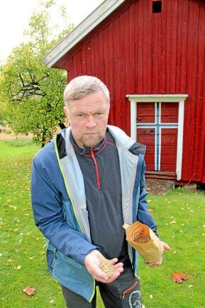 Per-Øyvind Berg ser möjligheten att vidareförädla maltkorn hemma på gården.