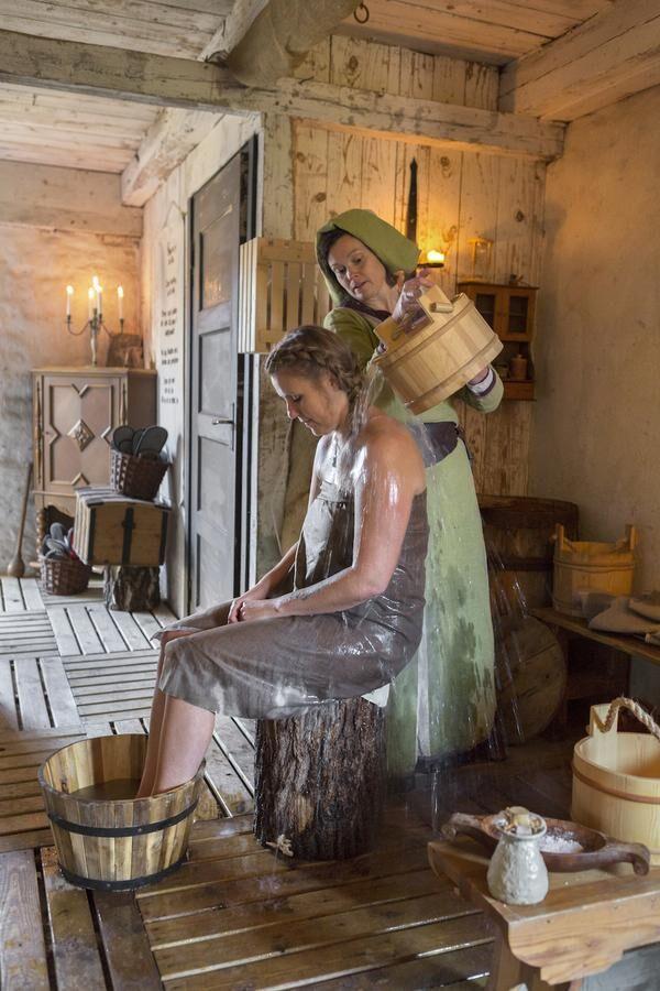 Tvagning på medeltida vis, med omväxlande kallt och varmt vatten.