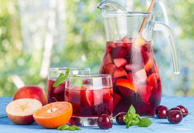 Sangria med rött vin och färsk frukt passar till riktigt varma dagar.