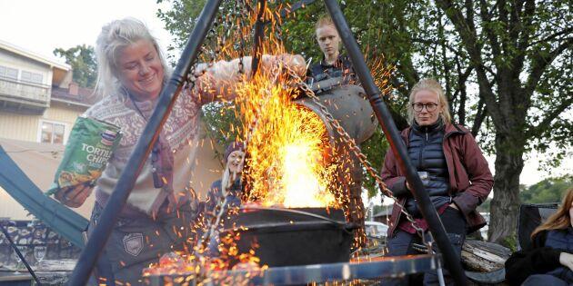 Elle lagar mat över öppen eld – med smaker från hela världen