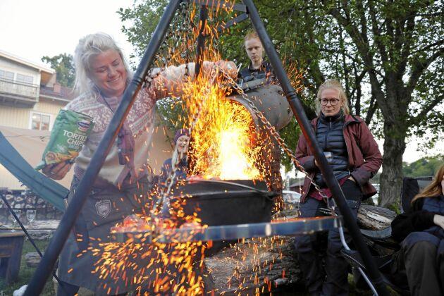 Matlagning över öppen eld blir stundtals en riktig show.