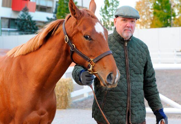 Ivan Sjöberg med River Of Dreams på åringsauktionen 2012. Efter 16 starter och 3 segrar gick stoet in i avelsboxen och hennes framgångsrikaste avkomma nu är Donna Devarona som i höstas vann Svensk Jockeyklubbs auktionslöpning med 400 000 kronor i förstapris.