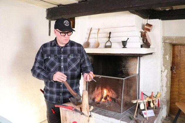 Säkerhet, val av verktyg, yxa, kniv, såg och hur du hittar och väljer rätt slöjdmaterial är exempel på innehållet i kursen.