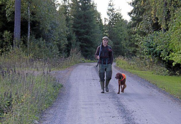 Mot framtiden med jakthunden vid sin sida. Carl Fiedler läser sista året på Viltvårdsgymnasiet i Forshaga