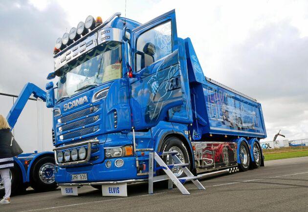 Blå och blank drar Fredrik Molanders Scania med Elvismotiv, bland annat hans Cadillac, blickarna till sig. Att lastbilen gått 52000 mil syns inte.