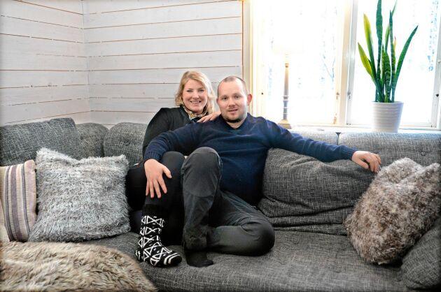 Emelie och Andreas trivs med livet i Töre där de både hittat bostad till rimligt pris och kan driva djurkliniken tillsammans.