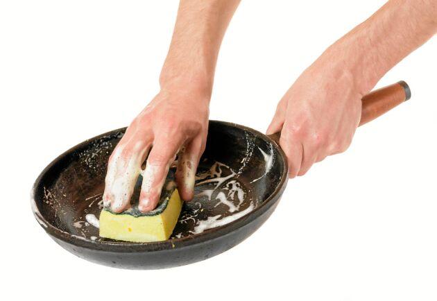 Om du har diskat gjutjärnspannan med diskmedel kan beläggningen ha skadats.
