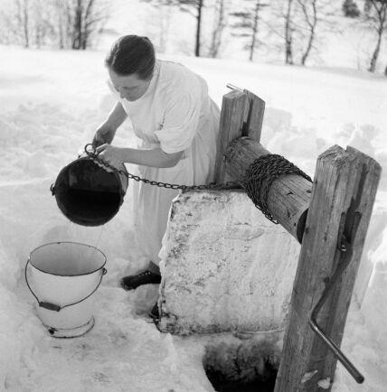 """På gården där """"ödemarksbabyn"""" föddes saknades både el och rinnande vatten. Barnmorskan Siri Sundström fick smälta snö till förlossningen."""