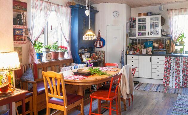 Köket är det enda rum i huset som paret har renoverat. Petra har fixat en trivsam stil genom att blanda loppisfynd och arvegods från olika årtal.