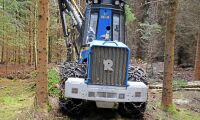 Se de små skogsmaskinerna arbeta