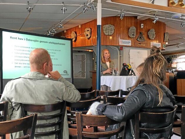 Annie Lööf presenterade Centerpartiets miljöförslag ombord på Teaterskeppet i Visby hamn.
