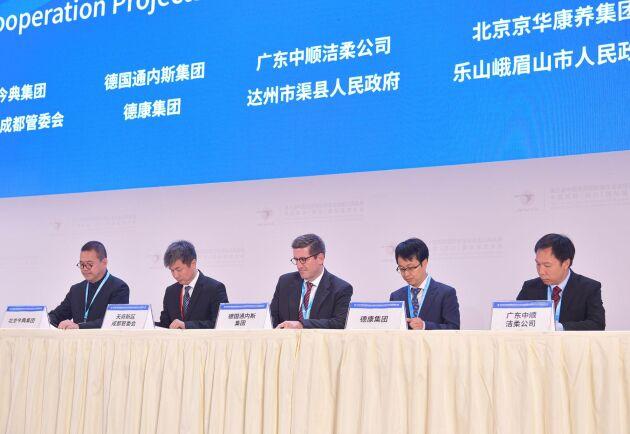 Tönnies vd Andres Ruff (i mitten) och företrädare för Dekon Group undertecknar avsiktsförklaringen.