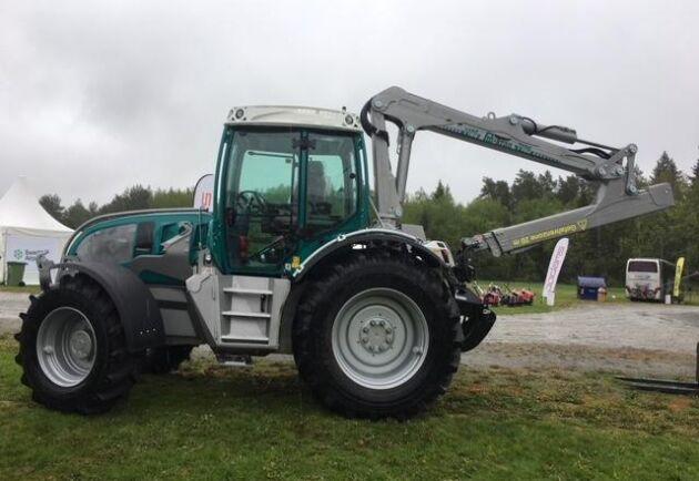 Traktorerna är utvecklade för att klara av skogsbruk. terräng.