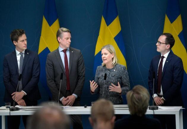 Emil Källström (C), finansmarknadsminister Per Bolund (MP), finansminister Magdalena Andersson (S) och Mats Persson (L) presenterade under förra veckan ett krispaket riktat till svenska småföretag.