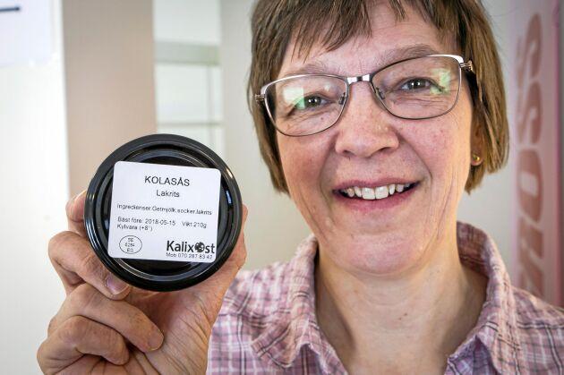 Jaana Alamäki Enström visar den senaste produkten, en kolasås med olika smaker och med getmjölk som bas. Den ska heta Kalix-cajeta.
