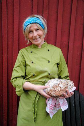SATSAR LOKALT. En hjärtefråga för Fjorgyn är att stödja andra lokala producenter. Surdegsbrödet som Karin Johansson håller är bakat på säd från näraliggande Källunda gård, som Fjorgyn själva malt.
