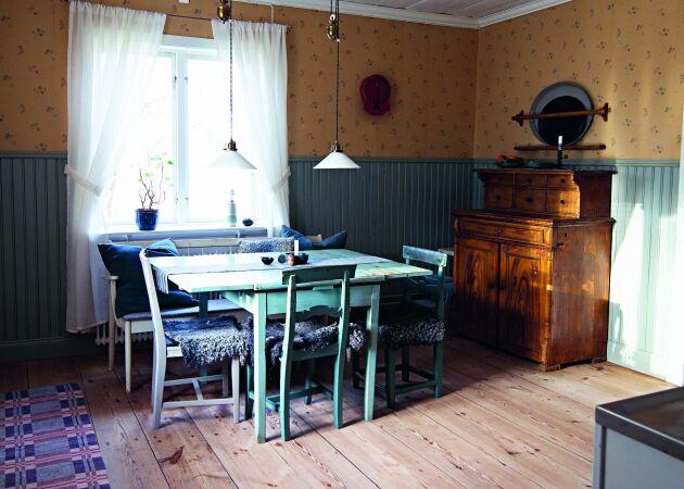 Efter renoveringen har Erikas kök fått skurgolv i stället för plastmatta. Väggarna har åter en pärlspontpanel och limfärgstryckta tapeter.