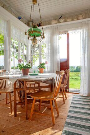 Ljuset flödar in genom de jugendinspirerade fönstren, vars stil förstärks genom spetsgardinerna.