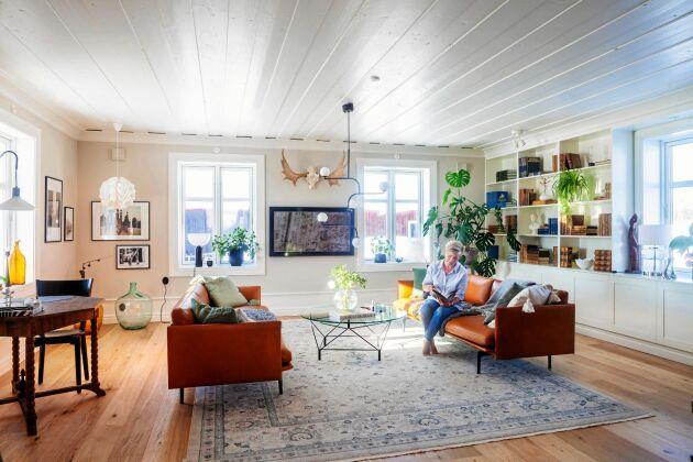 Vardagsrummet går i blått, grått, vitt och brunt och har en mix av nya och vintagemöbler.