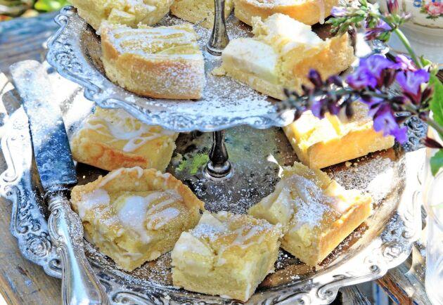 Den här kakan är en blandning av mazarin och fruktkaka och har en frisk smak av citron.