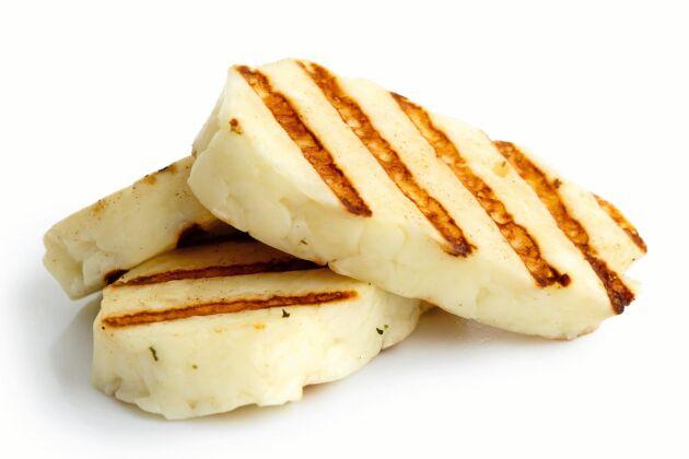 Halloumi, feta och mozzarella är vanliga substitut för kött. Den ostproduktionen dras med många problem som liknar köttproduktionens, konstaterar WWF.