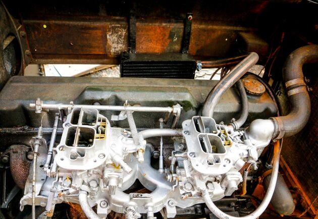 Två dubbleports Weberförgasare matar Opelsexan med bränsle.