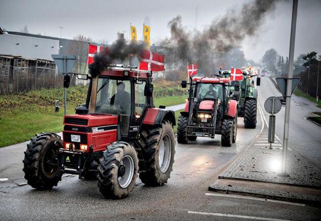 Här drar lantbrukare i väg från Roskilde för att ansluta sig till demonstrationen i Köpenhamn.