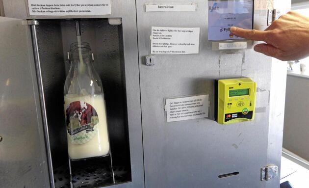I mjölkautomaten tankar man mjölken själv. I med kreditkortet, tryck på knappen och fyll flaskan. 13 kronor litern som går direkt till bonden.