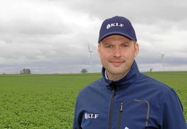 Erik-Wildt Persson, VD på Kristianstadortens Lagerhusförening, KLF, tror att priserna på rapsfrö kan falla mer. Om han själv hade varit lantbrukare hade han prissäkrat hälften av skörden nu.
