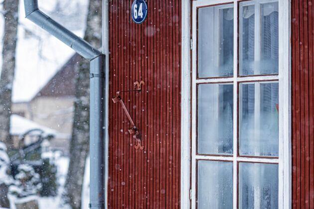 Gamla tiders fönster med innerfönster som sätts upp vintertid försågs förr med fönsterlav eller vadd för att suga upp fukt.