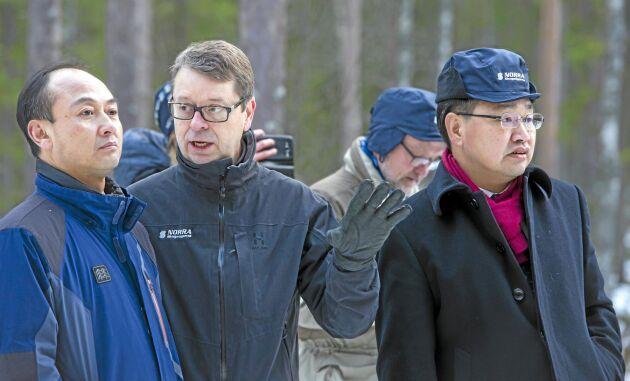 Hu Yuanhui, biträdande generaldirektör för kinesiska skogsministeriet SFA fick tips av Norras VD Pär Lärkeryd medan de studerade en Vimek-skördare.