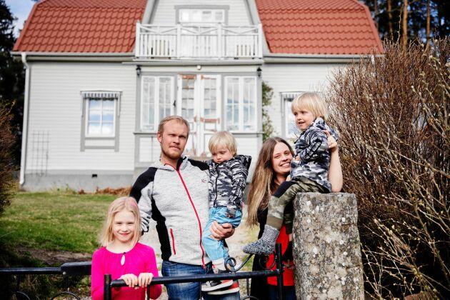 Therese och Mårten Bastbacken med barnen Felicia, Botvid och Melker är fjärde respektive femte generation i huset.