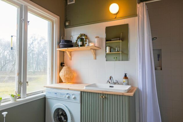 Trots noll erfarenhet byggde Tom ett fräscht badrum med duschhörna, tvättavdelning och förbränningstoalett.
